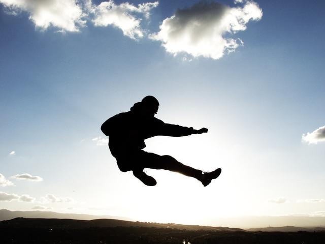 飛び蹴りをしているシルエットの少年