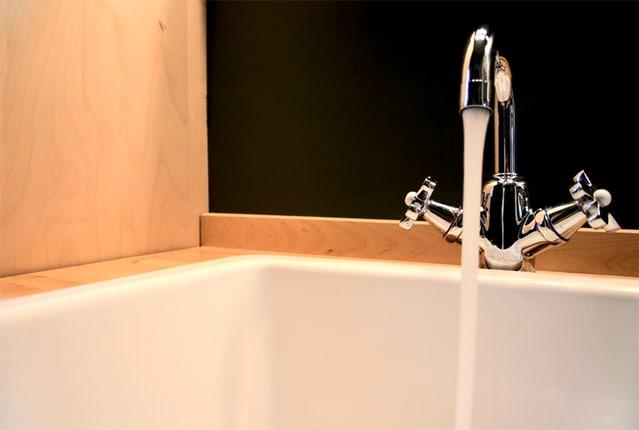 浴槽にお湯を出しているカラン
