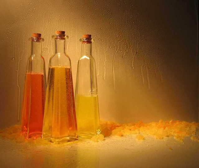 三つの瓶に入ったそれぞれの液体
