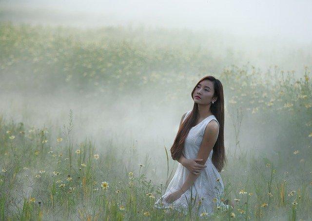 花畑にいる清々しい女性