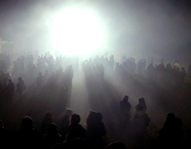 光り輝く大きな物体に集まる人々