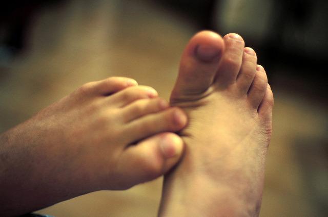 足の甲を掻いている足
