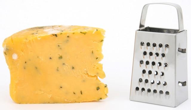 チーズとチーズおろし器