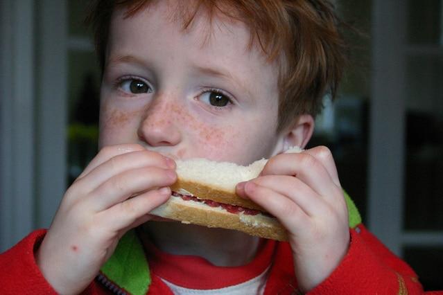 サンドイッチを食べる少年