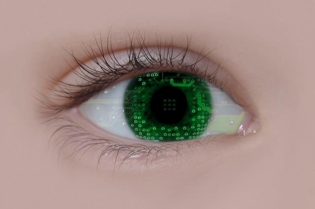 瞳に映ったデジタル信号