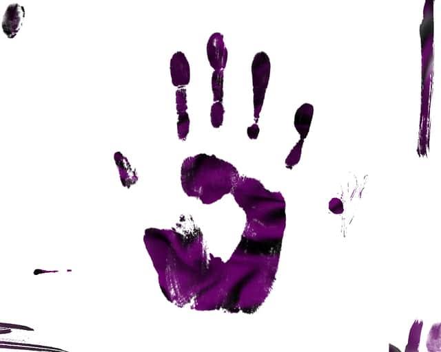 紫色の手形