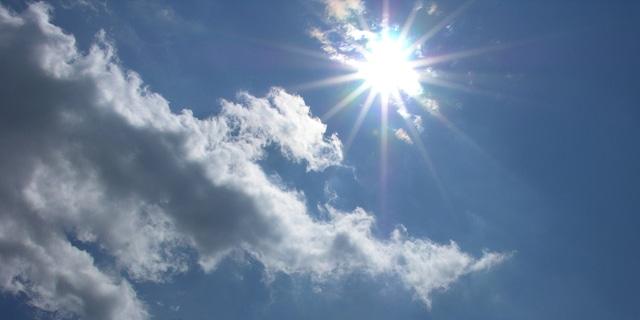 白い雲と青い空と輝く太陽