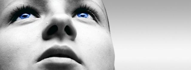 青い目をした上向きの女性