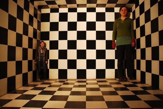 錯視の部屋にいる二人の少女