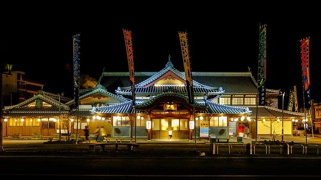 夜の温泉宿の外観