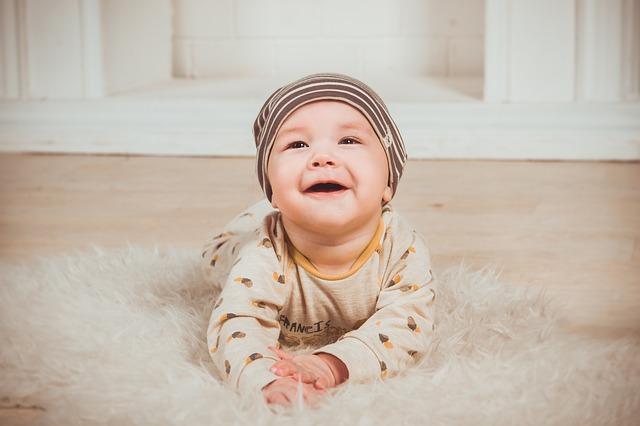 笑顔でハイハイしている赤ちゃん