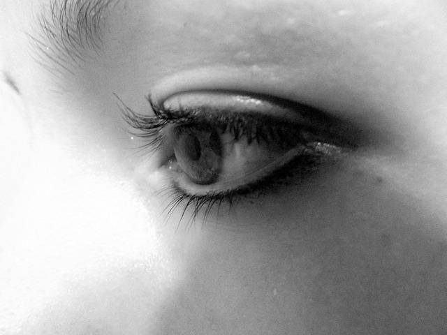 一点を見つめるモノクロの女性の目