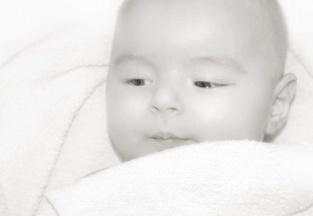 落ち着いた表情のモノクロの赤ちゃん