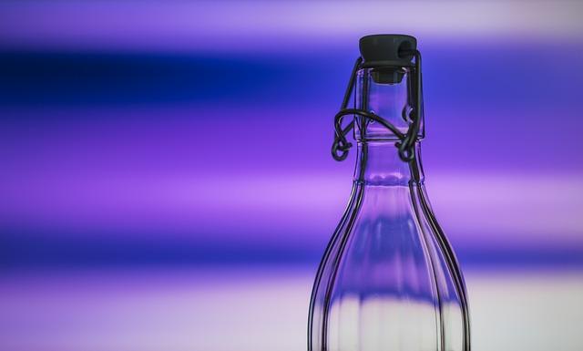紫色の背景に保存用の瓶