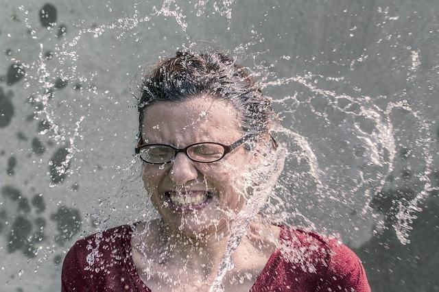水を掛けられた眼鏡をかけた女性の表情