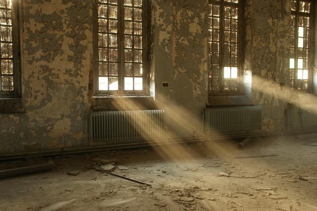 廃墟の中に差し込む光