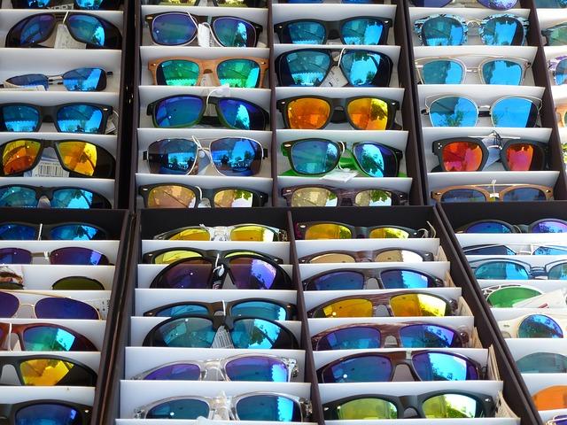 様々な紫外線予防のサングラスの陳列