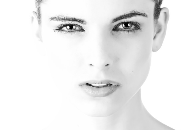 正面を見つめるモノクロの女性の顔