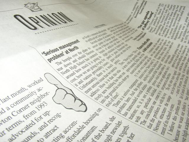 Opinionと書かれた新聞