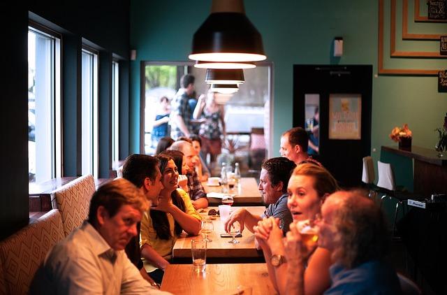 海外のカフェで談笑する男女