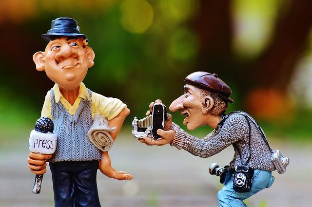 リポーターとカメラマンの人形