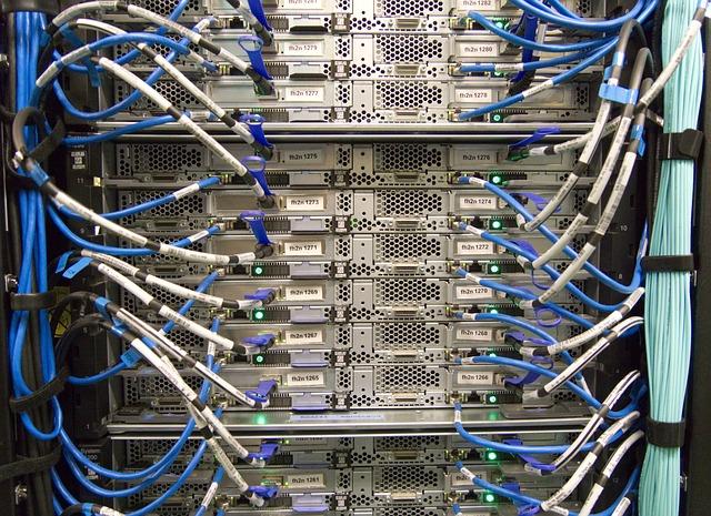ケーブルを差し込む巨大コンピューターの背面