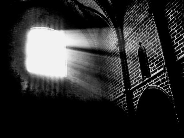 廃墟の窓から差し込む光