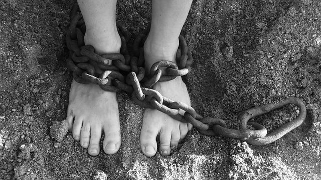 鎖で両足を縛られた少女