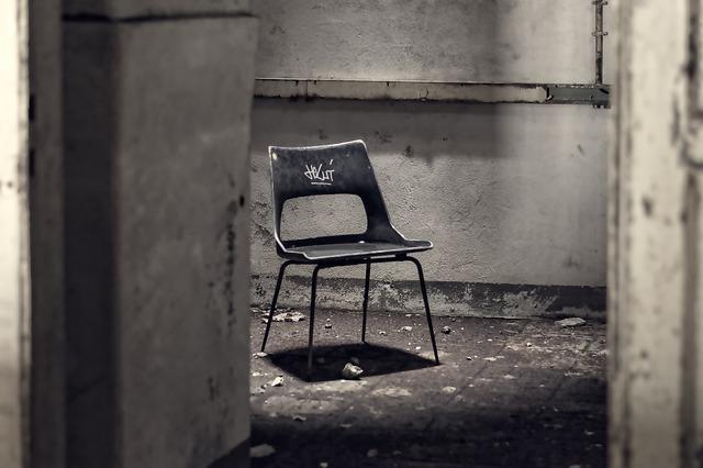 廃墟の中にぽつんと置かれた椅子