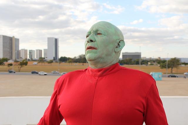 赤い服で緑の顔をした男性のコスプレ