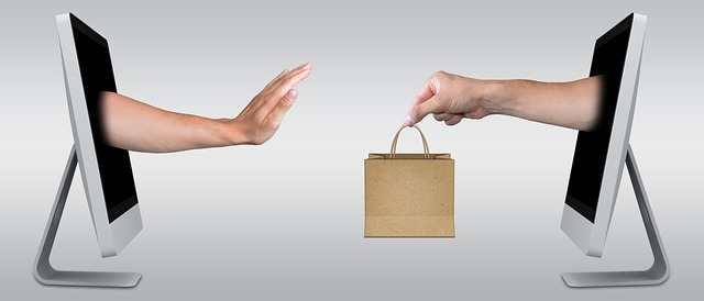 モニターから出したプレゼントの手を断る手