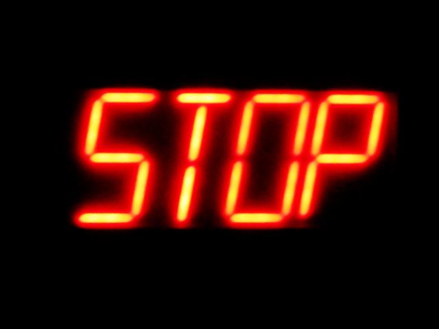 STOPと書かれた電光掲示板