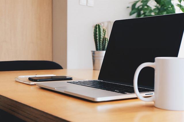 スッキリとしたオフィスにあるノートパソコン