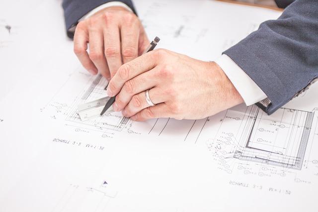 設計図を書く男性の手