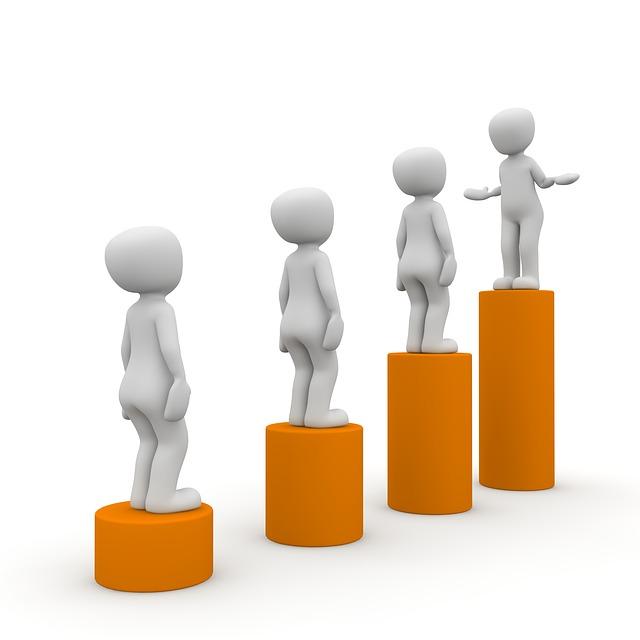 棒グラフの上に立つ四人のピクトグラム