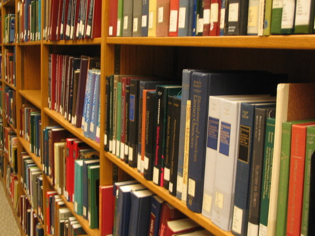 沢山の本が入った本棚