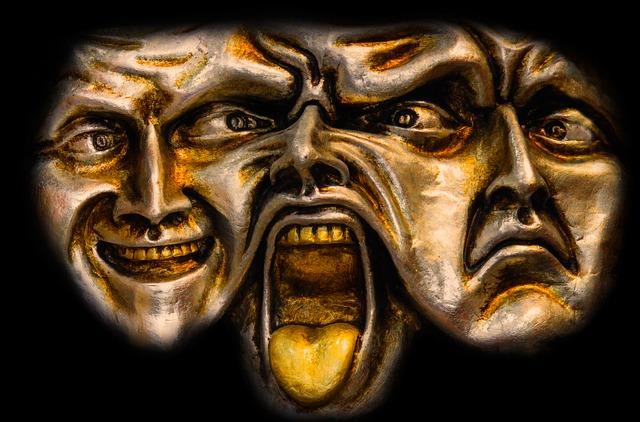 様々な表情をする結合した三つの顔