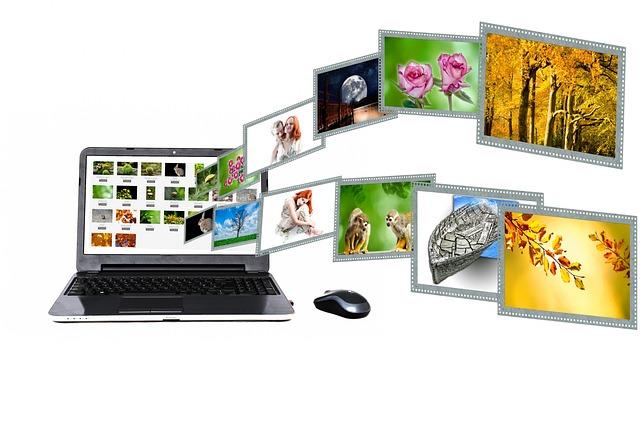 ノートパソコンから飛び出す画像の数々
