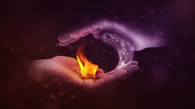 両手の中で火と水が陰陽を表す画像