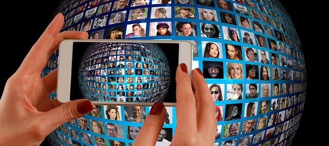 世界中の人の顔をスマホで撮影している画像