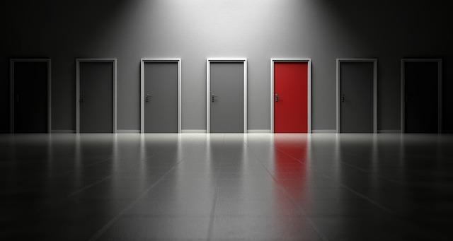 7つの扉のうち一つだけ赤い扉