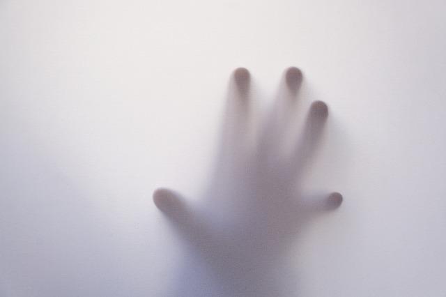 すりガラスに映る左手