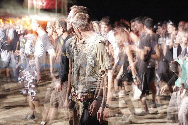 幽霊の様に透けながら歩く人々
