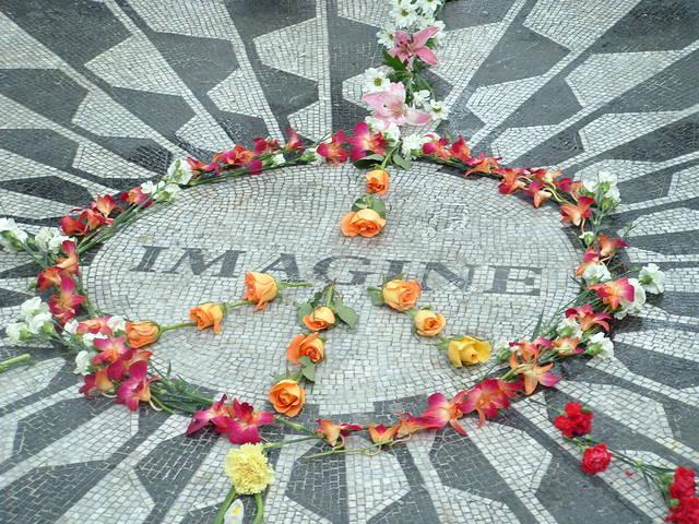 地面に置かれた花とIMAGINEの文字