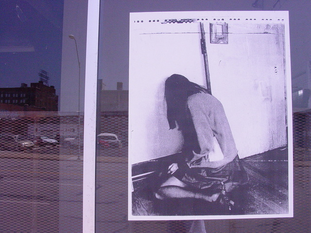 虐待されたであろう女性の写真が貼ってある