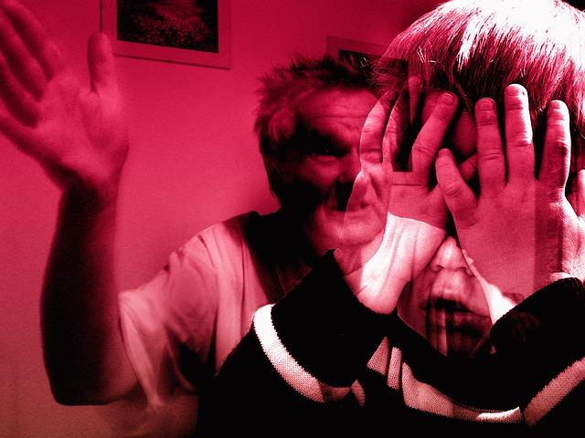老人が幼子に手をあげている虐待の合成画像