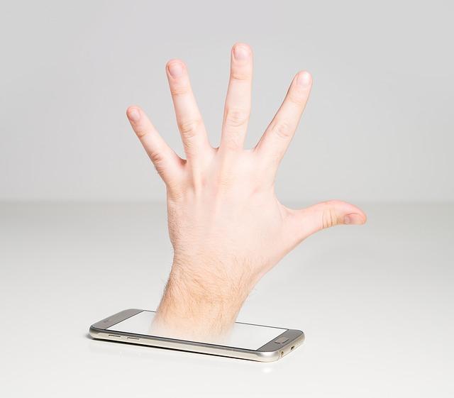 スマホから出ている開いた左手の甲