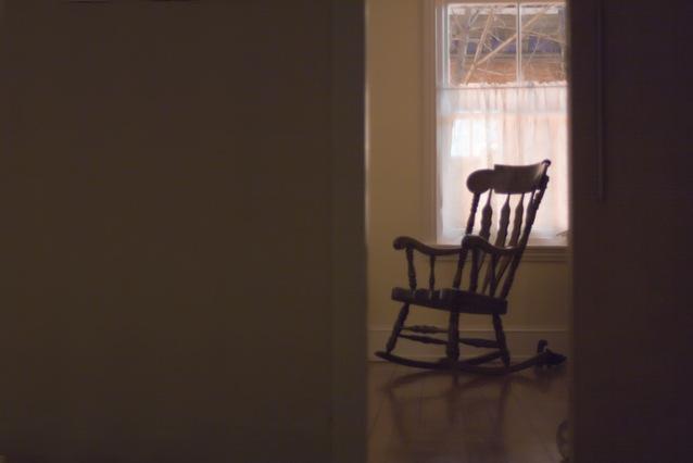 ドアの隙間から見えるロッキングチェア