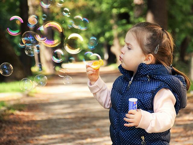 シャボン玉で遊ぶ幼女