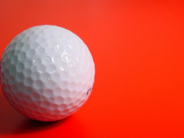 赤い敷物の上にあばたの様なゴルフボール